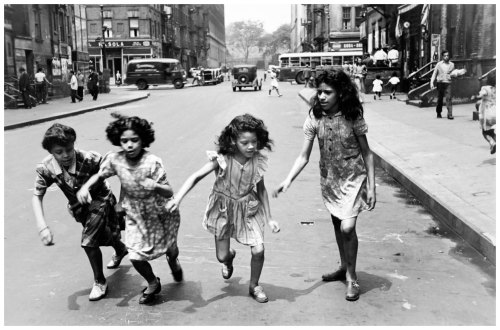 helen-levitt-ny-four-girls-running-in-street-1950