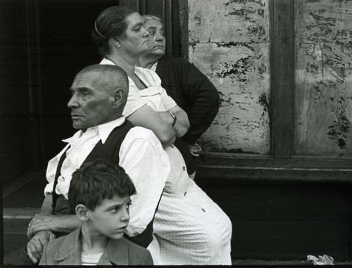 helen-levitt-new-york-black-and-white-street-photography-people-looking-opposite-ways